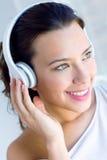 Música de escuta da jovem mulher bonita em casa Imagens de Stock Royalty Free
