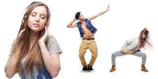 Música de escuta da jovem mulher e dois dançarinos no fundo Imagens de Stock