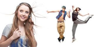 Música de escuta da jovem mulher e dois dançarinos no fundo Foto de Stock Royalty Free
