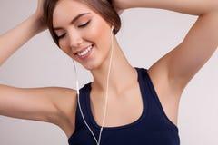 Música de escuta da jovem mulher e manter distraído - imagem conservada em estoque imagem de stock