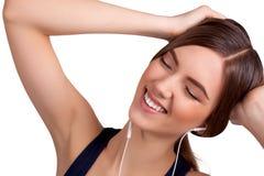 Música de escuta da jovem mulher e manter distraído - imagem conservada em estoque fotografia de stock