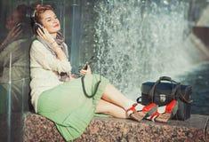 Música de escuta da menina da forma do moderno exterior Fotografia de Stock