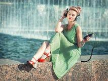 Música de escuta da menina da forma do moderno exterior Fotos de Stock