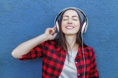 Música de escuta da menina do moderno Imagens de Stock
