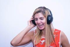 Música de escuta da menina em auscultadores Fotos de Stock