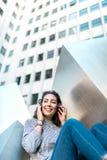 Música de escuta da moça bonita em fones de ouvido Copie o espaço fotos de stock royalty free