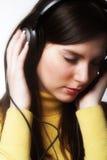 Música de escuta da mulher Foto de Stock