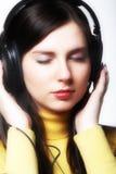 Música de escuta da mulher Imagens de Stock