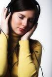 Música de escuta da mulher Fotografia de Stock Royalty Free