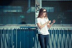 Música de escuta da mulher bonita nova Foto de Stock