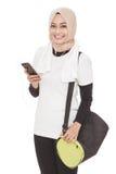 Música de escuta da mulher desportiva asiática do telefone celular usando o earpho fotografia de stock royalty free