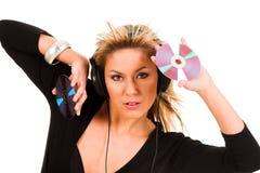 Música de escuta da mulher nos auscultadores Fotografia de Stock Royalty Free