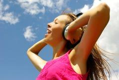 Música de escuta da rapariga bonita Fotos de Stock
