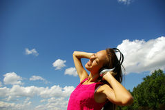 Música de escuta da rapariga bonita Foto de Stock