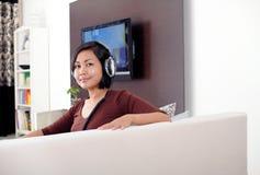 Música de escuta das mulheres imagem de stock royalty free