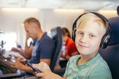 Música de escuta do adolescente imagens de stock royalty free