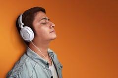 Música de escuta do homem Imagens de Stock