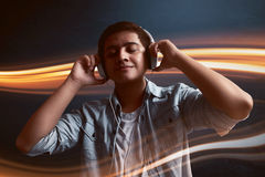Música de escuta do homem Fotografia de Stock Royalty Free