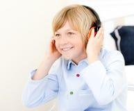 Música de escuta do menino adorável imagem de stock royalty free