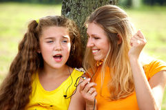 Música de escuta engraçada da mamã e da filha Imagem de Stock