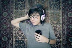 Música de escuta feliz da jovem mulher bonita Imagem de Stock Royalty Free