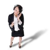 Música de escuta nova da mulher de negócio Foto de Stock