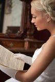 Música de folha bonita do vintage da leitura da mulher imagem de stock