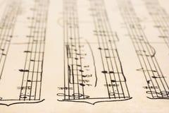 Música de folha escrita à mão retro fotografia de stock royalty free