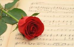 A música de folha velha com levantou-se Fotos de Stock Royalty Free