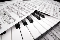 Música de hoja en un piano Imagen de archivo