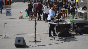 Música de la calle en el campus universitario metrajes