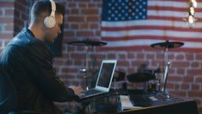 Música de la grabación del teclista con el ordenador portátil almacen de video