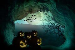 Música de la noche Calabaza fantasmagórica con la luna y los árboles muertos encendido stock de ilustración