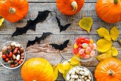 Música de la noche Calabazas, palos de papel y hojas de otoño en la opinión superior del fondo de madera Imagen de archivo