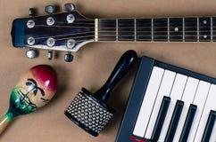 Música de los accesorios de la percusión de la guitarra acústica Foto de archivo libre de regalías