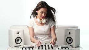 Música de mezcla femenina joven usando mezclador de DJ almacen de metraje de vídeo