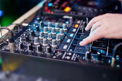 Música de mistura do DJ no console no clube noturno Foto de Stock