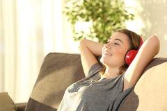 Música de reclinación y que escucha adolescente Fotos de archivo libres de regalías