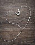 Música del amor Alambres del auricular bajo la forma de corazón Imagen de archivo