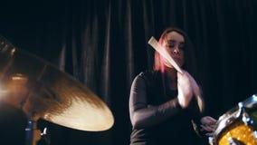 Música del club de noche - el batería de estrellazo sensual de la percusión de la muchacha realiza la roca almacen de metraje de vídeo