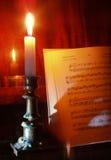 Música del piano y de hoja en la iluminación de la vela Fotos de archivo libres de regalías