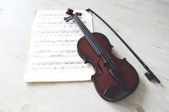 Música del violín y de hoja imagen de archivo