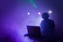Música DJ que mistura no clube noturno imagens de stock