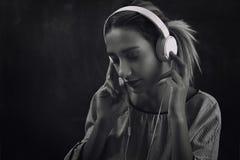 Música e dança de escuta da jovem mulher Foto de Stock Royalty Free