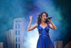 música e karaoke Beleza e forma, retro e jazz desempenho vivo, estúdio, concerto, mostra menina do cantor no vestido azul com mic foto de stock royalty free