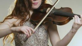 Música en directo, instrumento atado en los brazos del fiddler en filarmónico almacen de metraje de vídeo