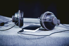 Música para el viaje en las montañas, auriculares del teléfono Fotos de archivo libres de regalías