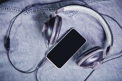 Música para el viaje en las montañas, auriculares del teléfono Fotografía de archivo libre de regalías