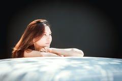 Música que escucha adolescente de la juventud asiática feliz en el teléfono móvil Fotos de archivo libres de regalías