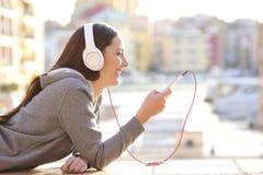 Música que escucha adolescente el días de fiesta Fotos de archivo libres de regalías